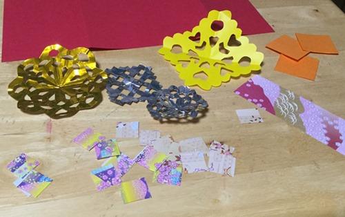 飴袋の飾りに切り紙などを使う