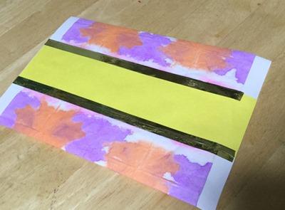 飴袋を金テープと画用紙で飾り付け
