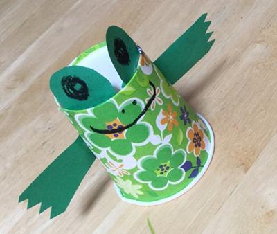 紙コップが飛び上がるかえるのおもちゃ製作アイデア