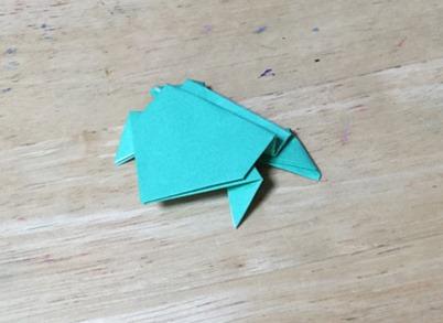 簡単なかえるの折り方。保育園にピッタリ